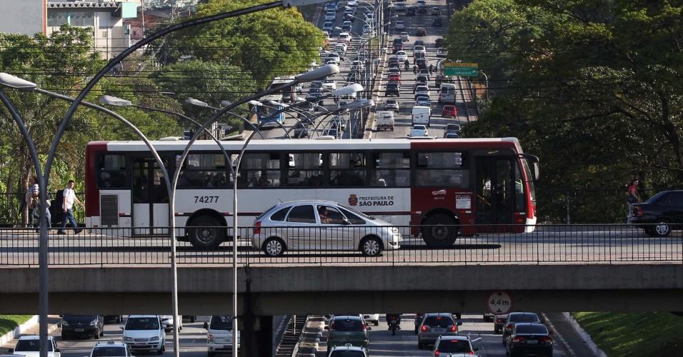 17.10.2012 - Ônibus cruza viaduto sobre a avenida Rubem Berta, em São Paulo, que tem trânsito intenso na tarde desta quarta-feira (17)
