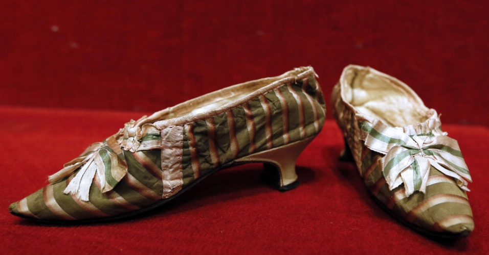 17.10.2012 - Par de sapatilhas que pertenceu à rainha francesa Maria Antonieta é leiloado na casa de leilões Drouot, em Paris, por US$ 65 mil (R$ 130 mil)