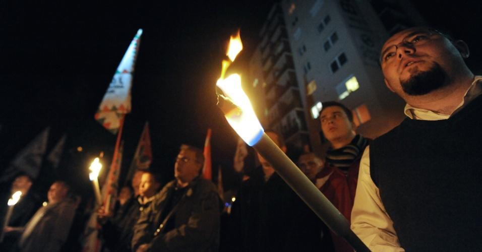 17.10.2012 - Simpatizantes de partido ultranacionalista húngaro realizam protesto em Miskolc, na Hungria, contra políticas do governo e contra a presença de população cigana no país