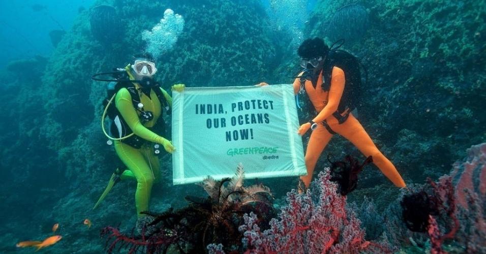 17.out.2012 - Ativistas da ONG Greenpeace protestam no fundo do mar pela proteção dos oceanos da Índia, nos arredores das ilhas Andamão e Nicobar, às vésperas do início da COP-11, a Conferência sobre Biodiversidade da ONU