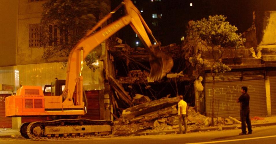 17.out.2012 - Começou a ser demolido imóvel incendiado na Avenida Nossa Senhora de Copacabana, no Rio de Janeiro (RJ)