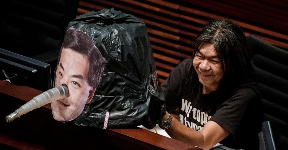 17.out.2012 - Congressista pró-democracia Leung Kwok-hung mostra imagem do chefe do executivo de Hong Kong, Leung Chun-ying, com nariz de Pinóquio como forma de protesto. Leung esteve na Casa Legislativa da cidade para pedir apoio à relação com a China