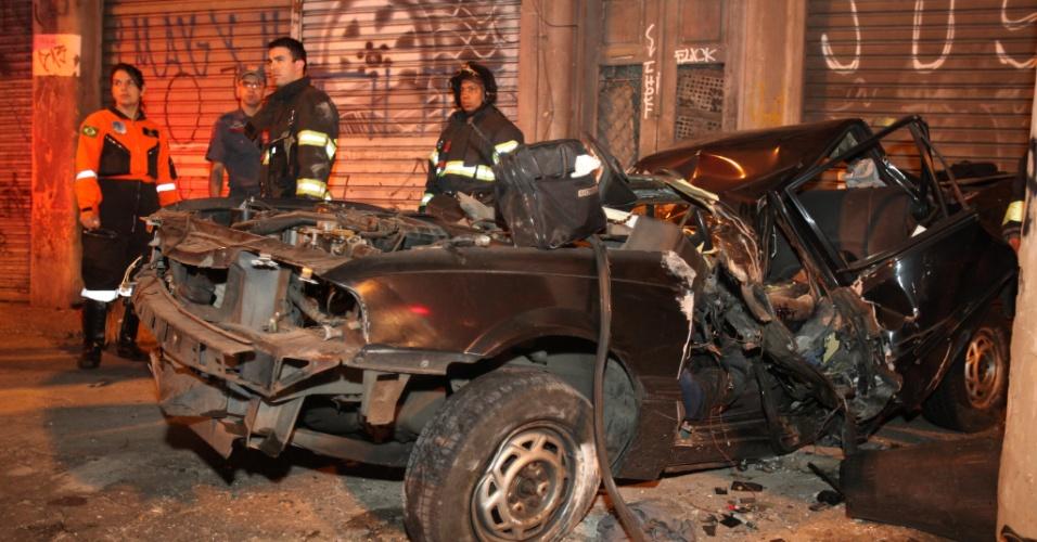 17.out.2012 - Duas pessoas morreram em um acidente de carro no bairro do Brás, na região central de São Paulo