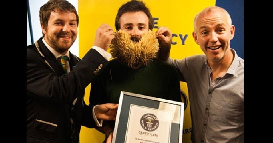 17.out.2012 - Ed Cahill, irlandês que bateu recorde de palitos na barba