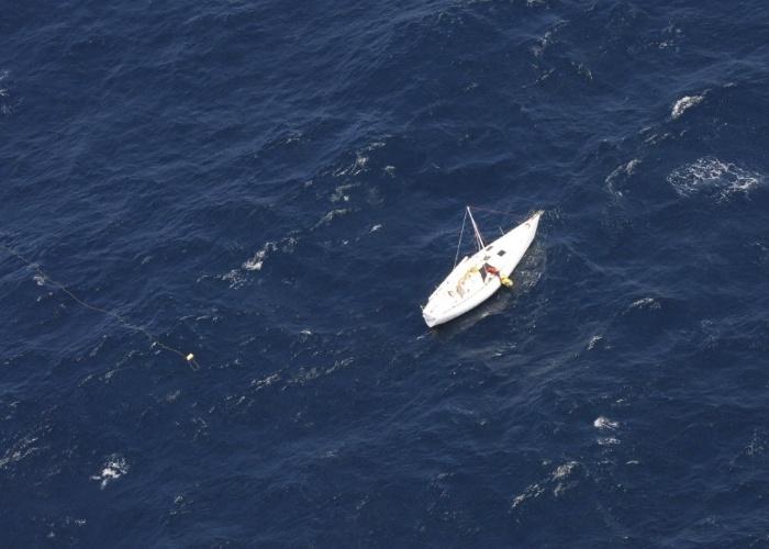 17.out.2012 - Homem é resgatado no alto-mar a centenas de milhas náuticas da costa de Sydney, na Austrália