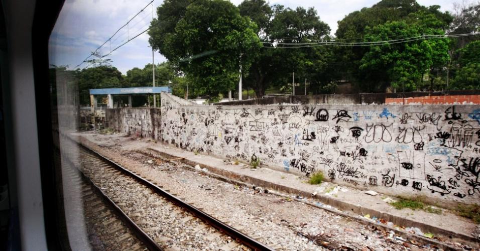 17.out.2012 - Local onde antes da ocupação ficava a cracolândia na favela do Jacarezinho. As margens da linha do trem, hoje não há ninguém, porém grupos sociais se preocupam com a migração dos usuários para outras partes da cidade sem a devida atenção
