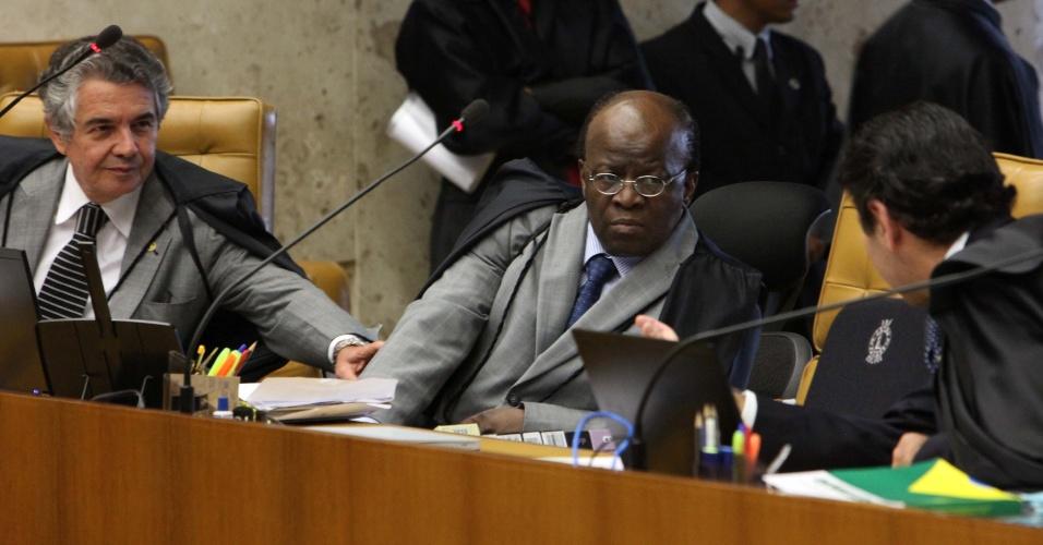 17.out.2012 - Os ministros Marco Aurélio Mello, Joaquim Barbosa e Luiz Fux conversam no STF