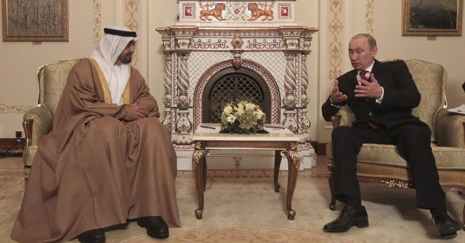 17.out.2012 - Presidente da Rússia, Vladimir Putin (direita), conversa com o príncipe herdeiro de Abu Dhabi, Mohammed bin Zayed Al Nahyan, durante encontro nos arredores de Moscou