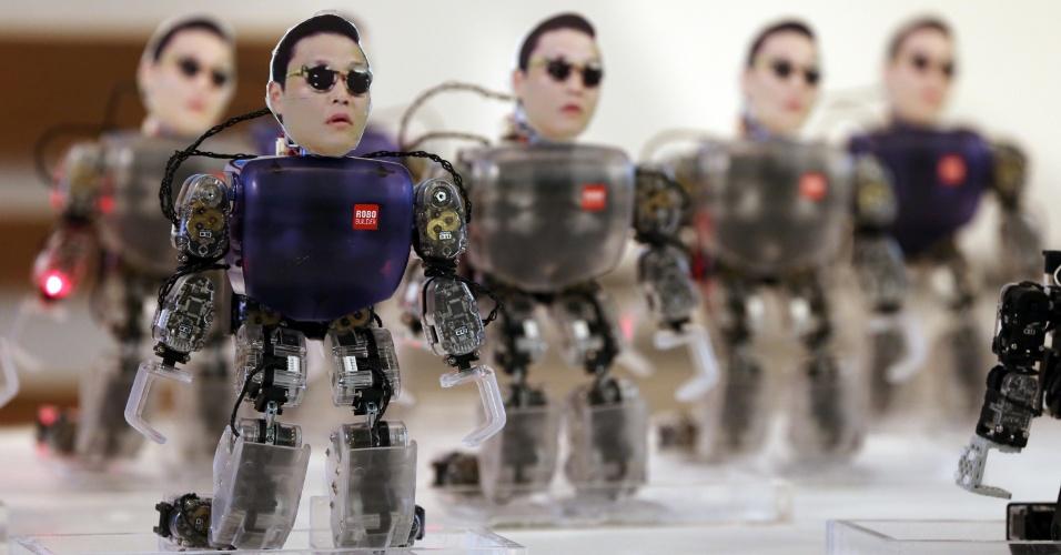 17.out.2012 - Robôs com o rosto do rapper sul-coreano Psy, que ficou famoso com a música