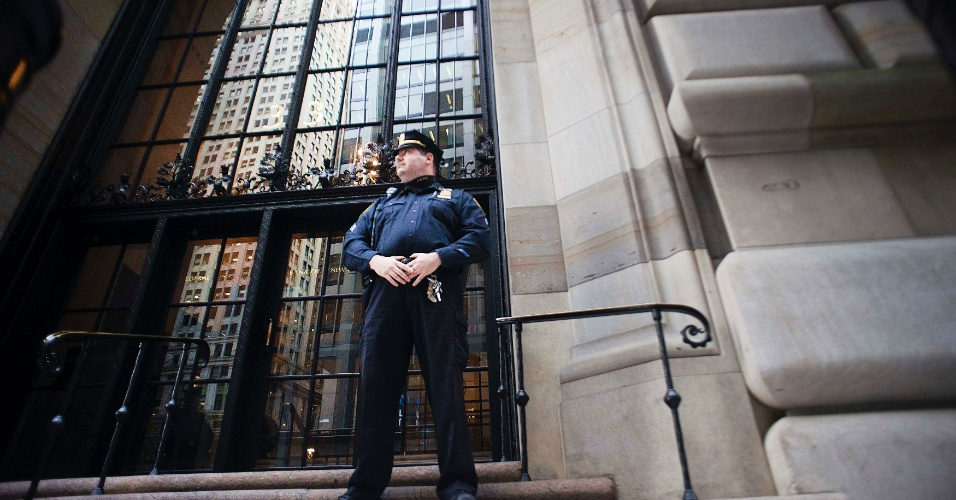 17.out.2012 - Um policial do Federal Reserve, o banco central americano, guarda o edifício do órgão em Nova York após o FBI (polícia federal americana) prender um homem de 21 anos, de Bangladesh, com a acusação de planejar a explosão do prédio