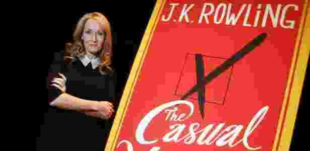 """A autora britânica J.K. Rowling divulga seu novo romance """"The Casual Vacancy"""", em Nova York (17/10/12) - REUTERS/Carlo Allegri"""