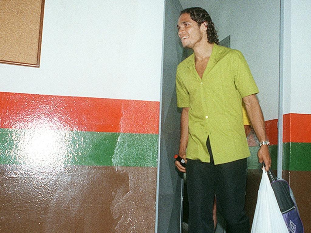 Alex Alves, ex-atacante da Portuguesa, no dia em que recebeu um frango e um vinho de um torcedor
