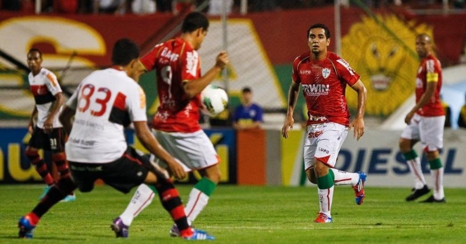 Bruno Mineiro, atacante da Portuguesa, domina a bola de costas e recebe a marcação de Renato Santos, do Flamengo