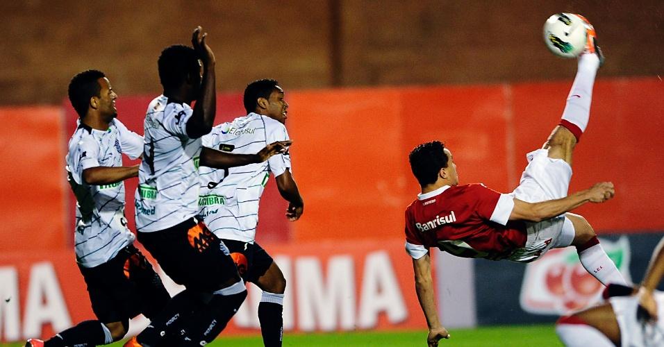 Centroavante Leandro Damião tenta a bicicleta no jogo entre Inter e Figueirense no estádio Beira-Rio (17/10/2012)