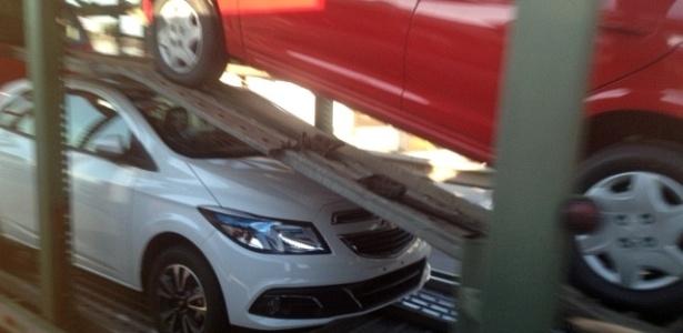 Chevrolet Onix sem qualquer camuflagem é visto em caminhão-cegonha na BR-101, em Santa Catarina - Marcos Guedes/UOL