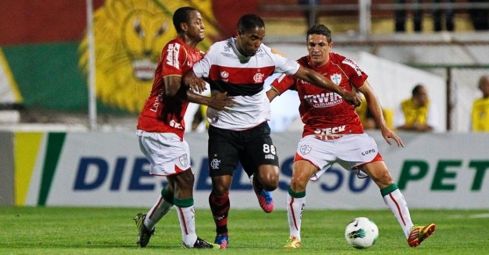 Cleber Santana, meia do Flamengo, passa no meio da marcação de dois jogadores da Portuguesa, em jogo no Canindé