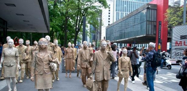 Coletivo artístico se vestiu de executivos de pedra durante o horário do almoço na Avenida Paulista (17/10/12)  - Eduardo Bernardino/Divulgação
