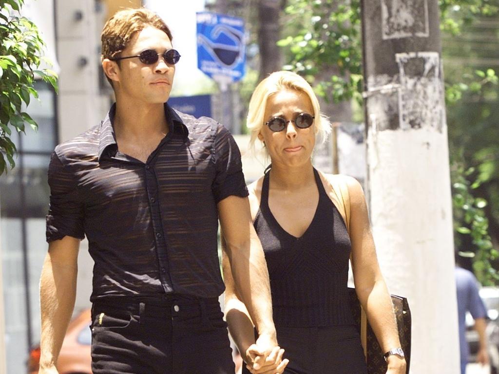 Ex-atacante Alex Alves, conhecido pelo estilo metrossexual, caminha pela rua Oscar Freire, em São Paulo, com a então mulher Nadia França