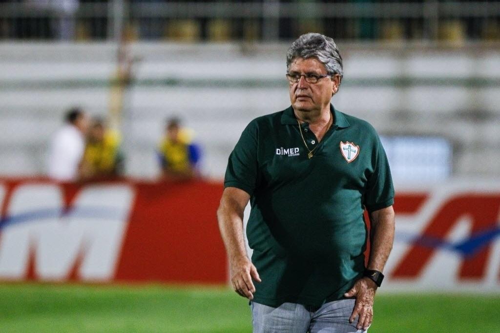 Geninho, técnico da Portuguesa, observa a partida contra o Flamengo, no Canindé