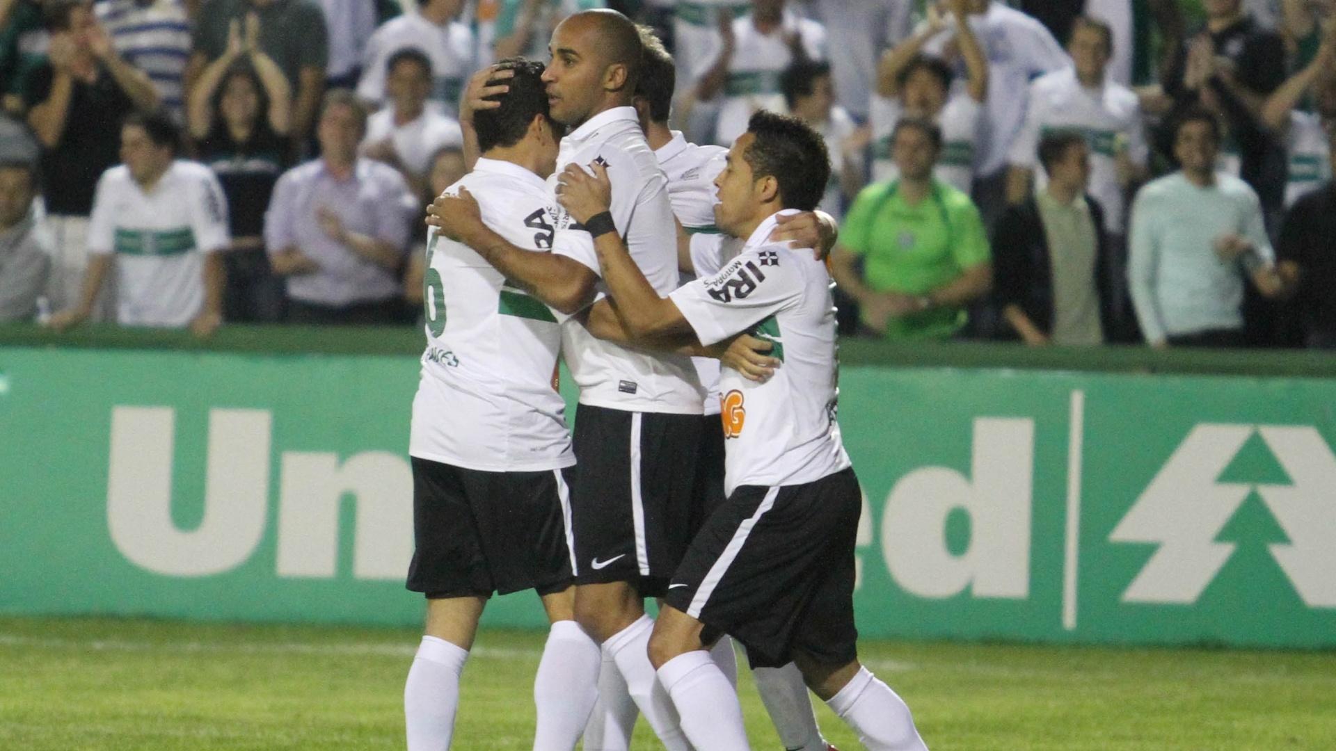 Jogadores do Coritiba comemoram gol de Deivid na vitória sobre o Náutico, no Couto Pereira