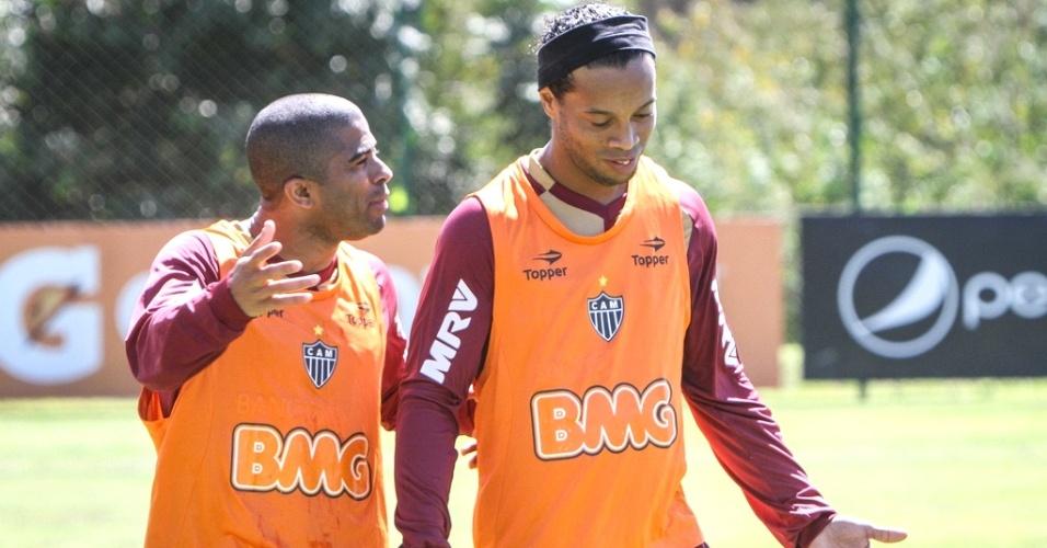 Júnior César e Ronaldinho Gaúcho durante treino do Atlético-MG (24/8/2012)
