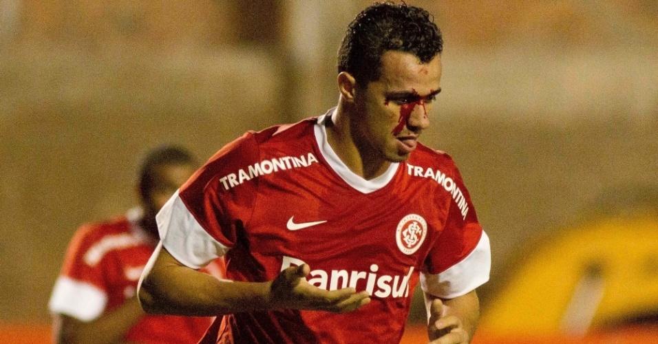 Leandro Damião fica com o rosto sangrando após choque com rival do Figueirense durante partida