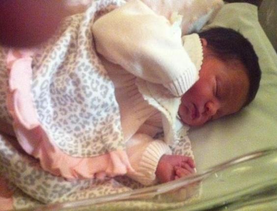 Luis Fabiano divulga foto da sua filha recém-nascida nas redes sociais
