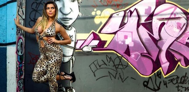 """A modelo Ana Paula Minerato, do """"Pânico"""", posou para um editorial baladeiro na famosa rua Augusta, de São Paulo. Veja as fotos no álbum abaixo - Leandro Moraes/UOL"""