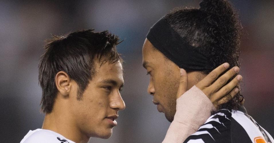 Neymar e Ronaldinho Gaúcho se cumprimentam antes da partida entre Santos e Atlético-MG, na Vila