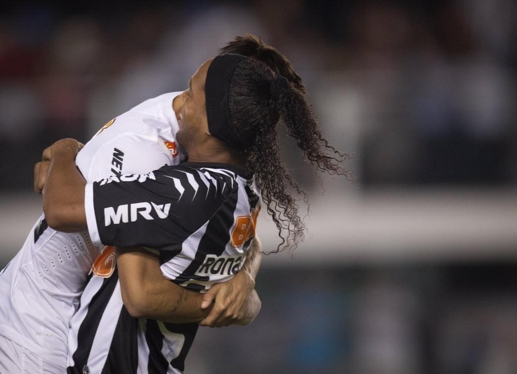 Neymar e Ronaldinho se abraçam antes da partida entre Santos e Atlético-MG, na Vila Belmiro