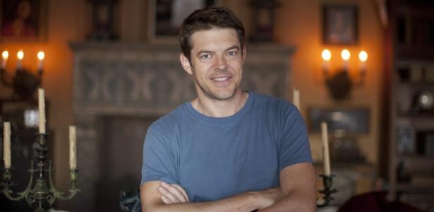 O produtor Jason Blum posa em casa mal-assombrada criada por ele em Los Angeles (11/10/12) - Armando Arorizo/EFE