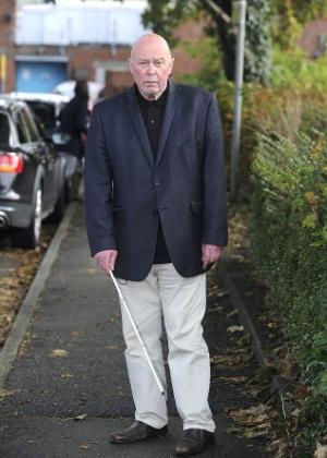 O aposentado Colin Framer, 61, que teve sua bengala confundida com uma espada de samurai pela polícia   - Reprodução/Daily Mail