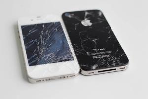 iPhones com a tela e vidro traseiros quebrados; assistências autorizadas da Apple têm sistema de ''recompra'' de aparelhos em vez de consertá-los