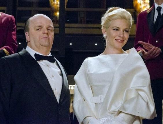 """Sienna Miller como Tippi Hedren e Toby Jones como Alfred Hitchcock no longa """"The Girl"""""""