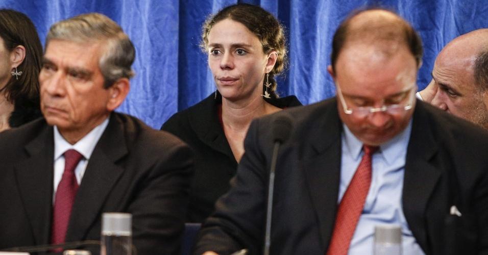 18.out.2012 - Helena Ambrosio (centro), membro da equipe de negociação do governo colombiano para as negociações de paz, participa de entrevista coletiva em hotel de Oslo, na Noruega. A primeira fase de negociação começa no país escandinavo e depois segue para Cuba