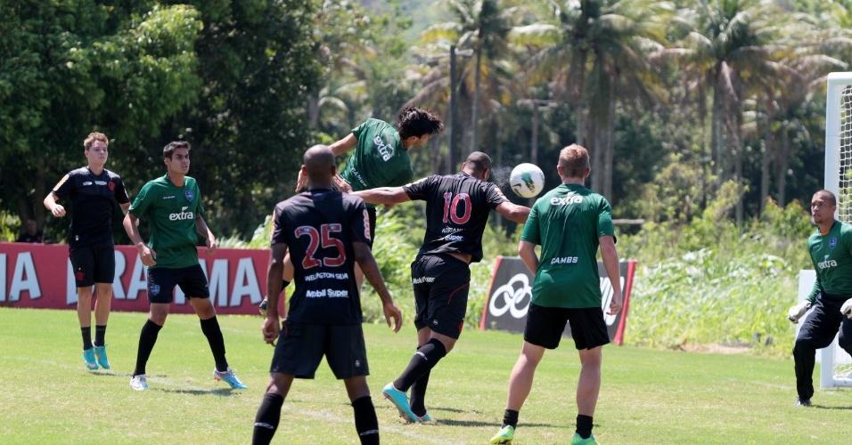 Adriano (centro) tenta a jogada de cabeça em jogo-treino entre Flamengo e Audax