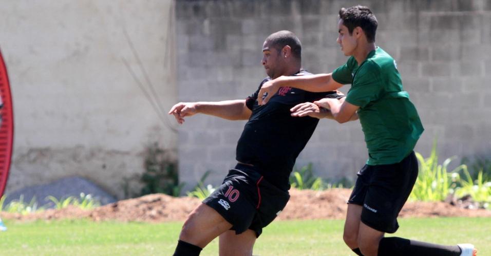 Adriano se esforça para se livrar da maração em jogo-treino pelo Flamengo contra o Audax