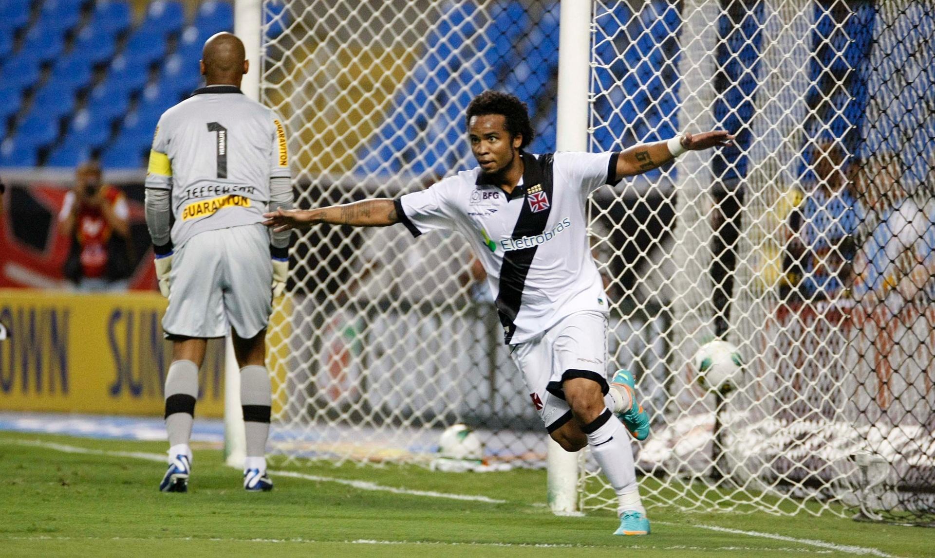 591a53f409 Carlos Alberto supera má fase com improvisação e vira solução do ataque do  Vasco - 21 10 2012 - UOL Esporte
