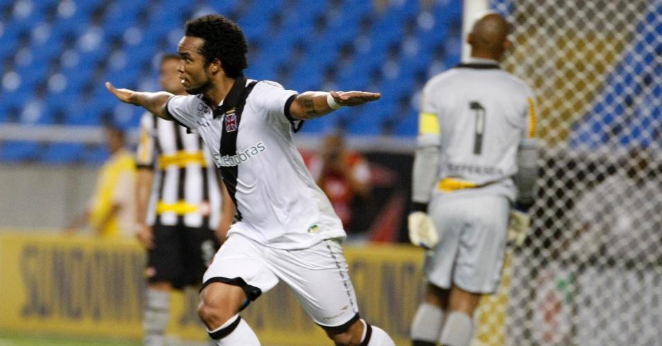 Carlos Alberto comemora gol marcado contra o Botafogo no clássico no Engenhão