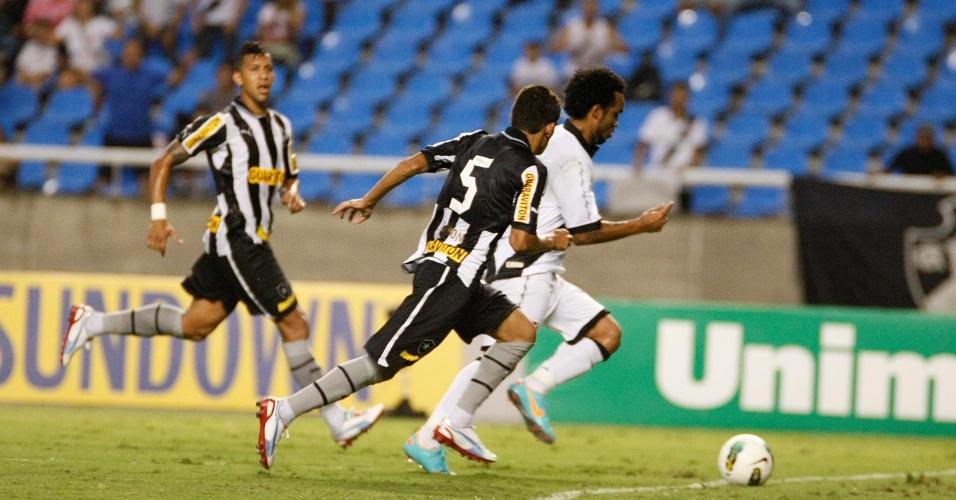 Carlos Alberto leva bola ao ataque do Vasco na partida contra o Botafogo no Engenhão