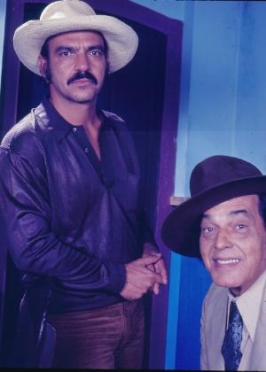 """Lima Duarte, o """"capitão"""", e Paulo Gracindo, o """"coronel"""", em cena de """"O Bem-Amado"""" (1973)"""
