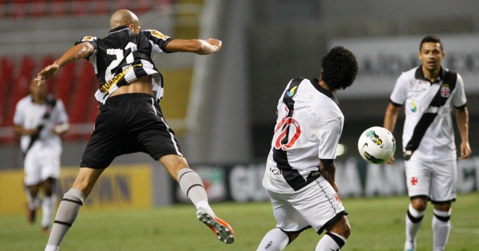 Dória, do Botafogo, e Carlos Alberto, do Vasco, durante clássico no Engenhão pela 31ª rodada do Brasileiro