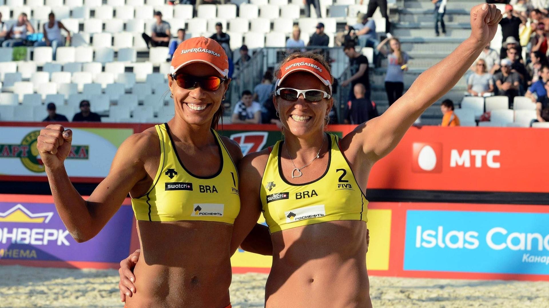 Juliana (e) e Larissa celebram título da etapa de Moscou do Circuito Mundial de vôlei de praia (11/06/2012)