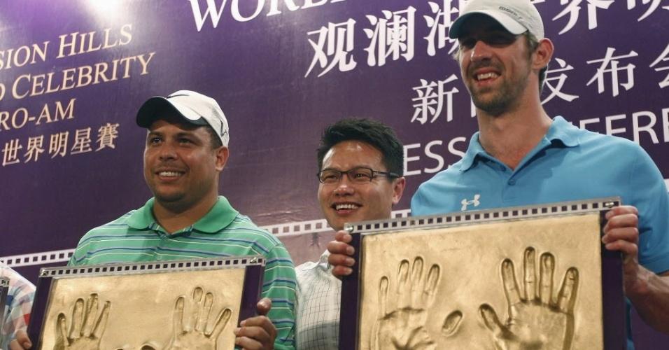 Lendas do esporte, Ronaldo e Phelps se encontram e recebem homenagem antes de torneio de golfe na China (18/10/2012)