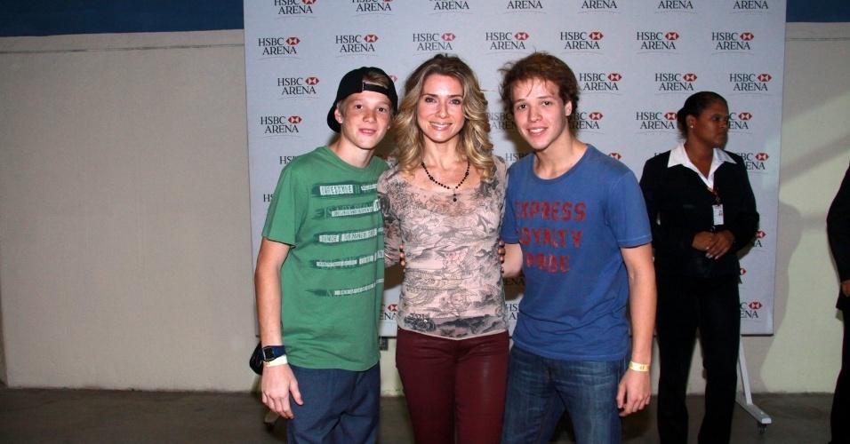Letícia Spiller vai com os filhos ao show de Robert Plant no HSBC Arena, Rio de Janeiro (18/10/12)