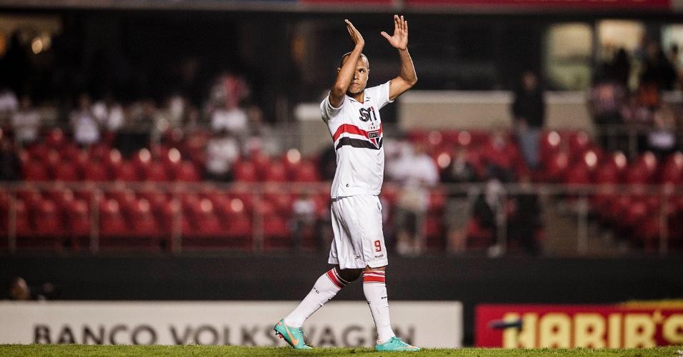 Luis Fabiano aplaude após perder pênalti contra o Atlético-GO no Morumbi