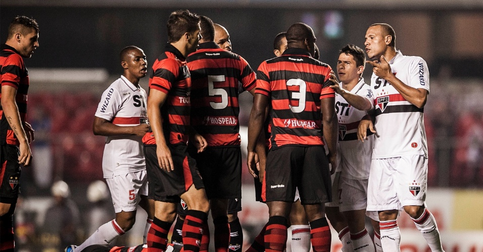 Luis Fabiano discute com Gustavo, do Atlético-GO, após falta em Carlos, também do Atlético-GO, no Morumbi