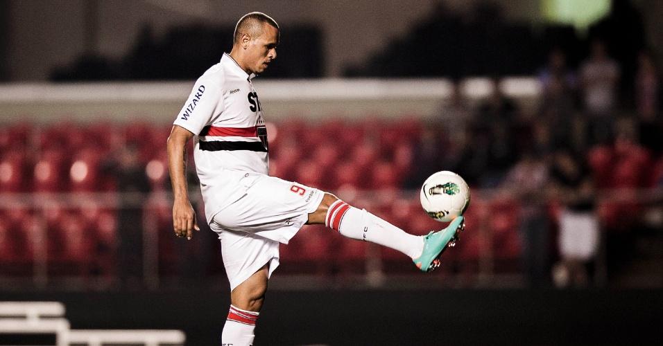 Luis Fabiano domina bola durante jogo contra o Atlético-GO no Morumbi