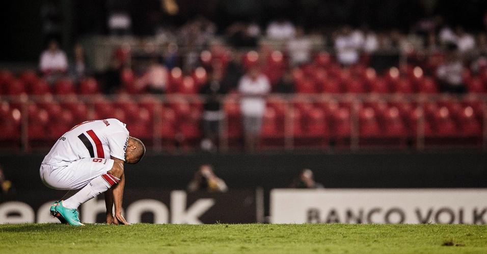 Luis Fabiano lamenta pênalti perdido contra o Atlético-GO no Morumbi