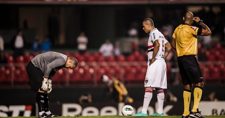 Luis Fabiano se prepara para bater pênalti contra o Atlético-GO no Morumbi